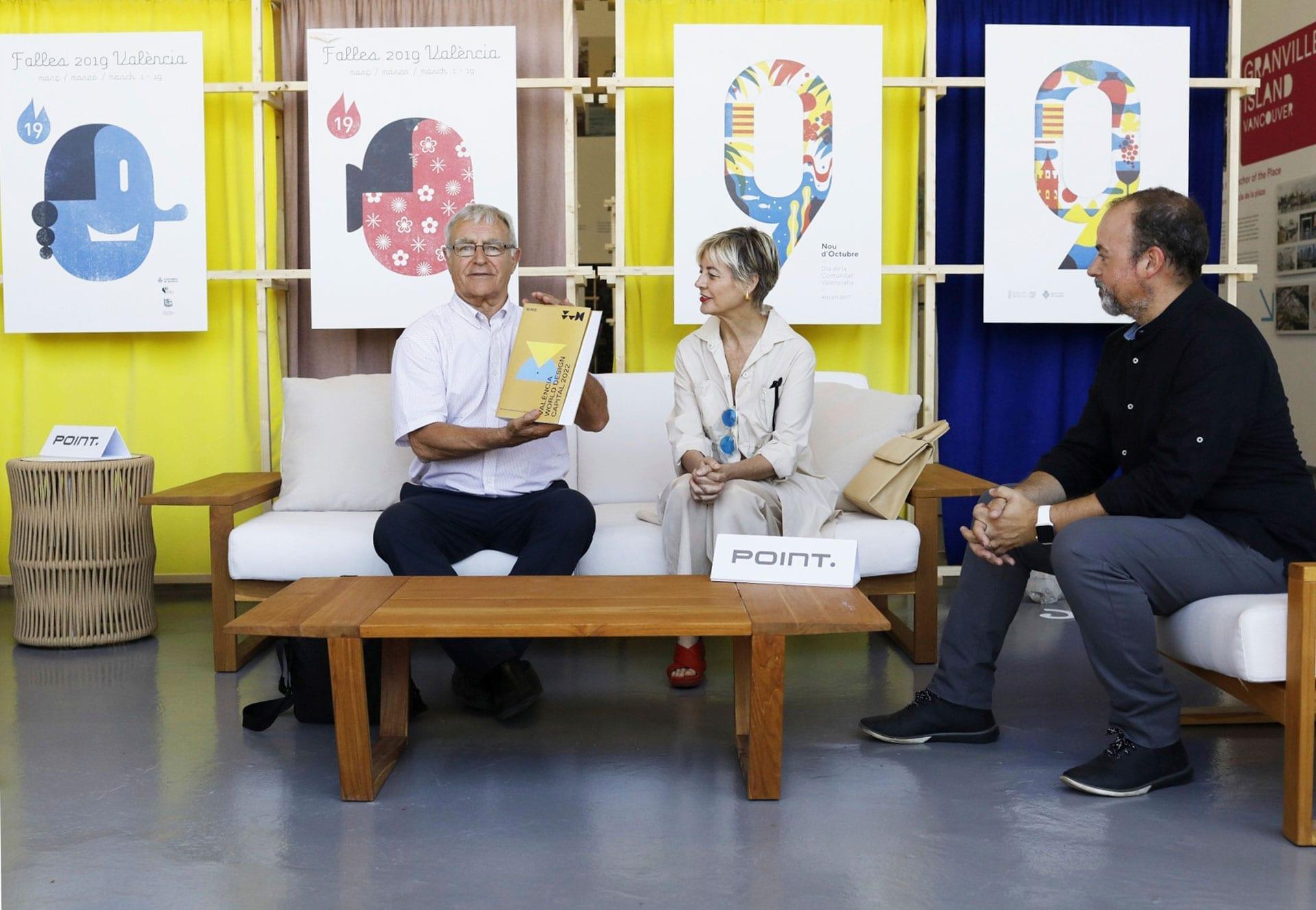 Joan Ribó reafirma su compromiso el diseño valenciano y recibe el libro oficial de la candidatura